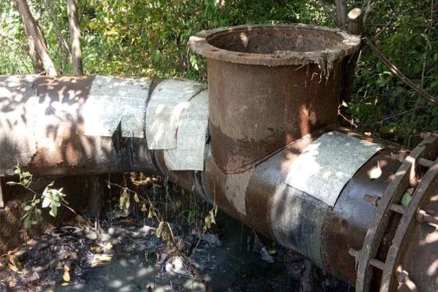 Специалисты Торецкого ПУВКХ устранили порывы на канализационном коллекторе