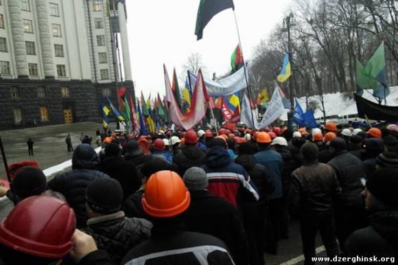 Под Кабмином более 500 шахтеров требовали встречи с Яценюком