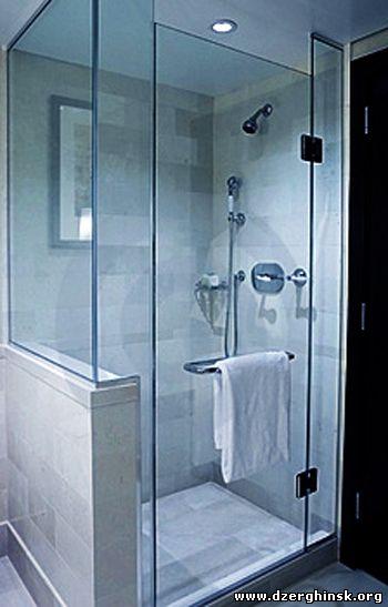 С�еклянн�е д��ев�е кабин� в ин�е��е�е ванной комна��