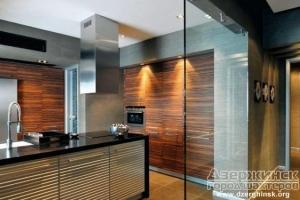 Стеклянные двери и перегородки в современном доме