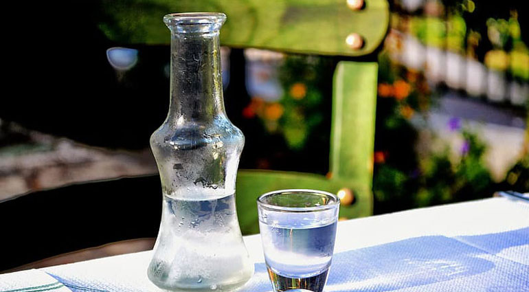 https://static.360tv.ru/media/images/articles/cover/75e3f2bf-5f59-4dfa-85e4-7dcc0dcd218a/clear-glass-bottle-beside-clear-drinking-glass-on-blue-table-cloth.jpg